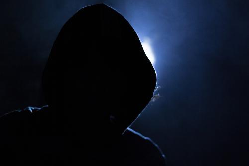 Internetkriminalitaet Arten verdeutlich durch einen Hacker