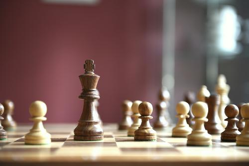 IT-Sicherheitsmaßnahmen im organisatorischen Bereich symbolisiert durch Schachfiguren