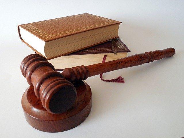 Server gehackt - rechtlicher Rat symbolisiert durch Gesetzesbuch
