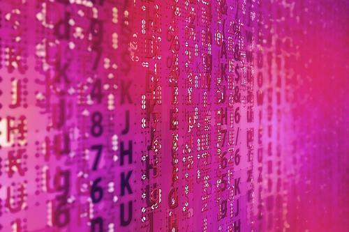 Technische Maßnahmen wie Software symbolisiert durch Zahlen und Buchstaben