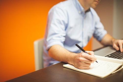 Technische Maßnahmen zu Home Office symbolisiert durch einen Mann am Laptop